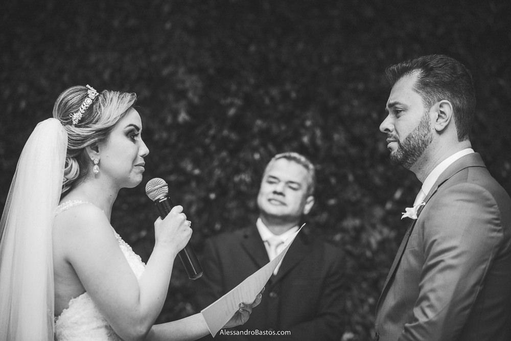 emocionados estão os noivos do casamento em belo horizonte bh foto ao fazerem os votos