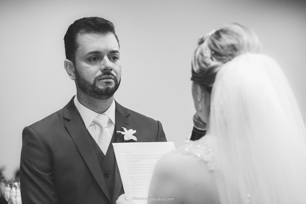 mareados estão os olhos do noivo do casamento em belo horizonte bh foto ao ouvir a noiva falar os votos pra ele
