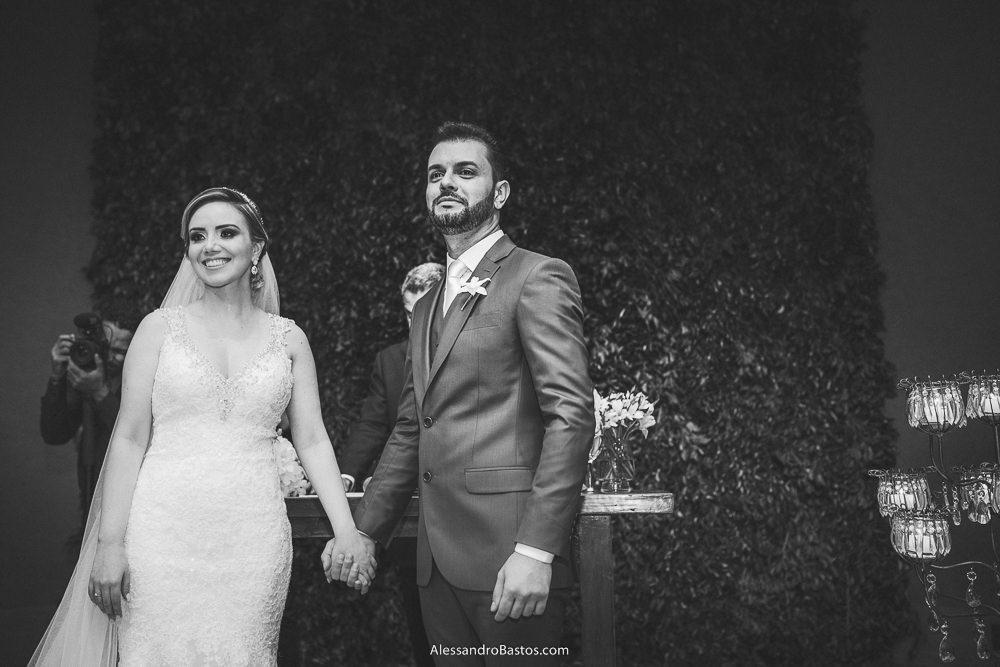atentamente olham os noivos do casamento em belo horizonte bh foto para a entrada da daminha com as alianças trazendo
