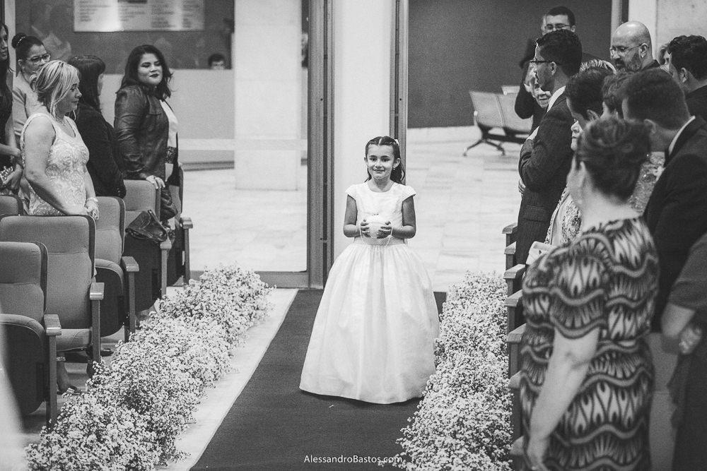 trazendo as alianças está a daminha do casamento em belo horizonte bh foto enquanto os convidados sorriem