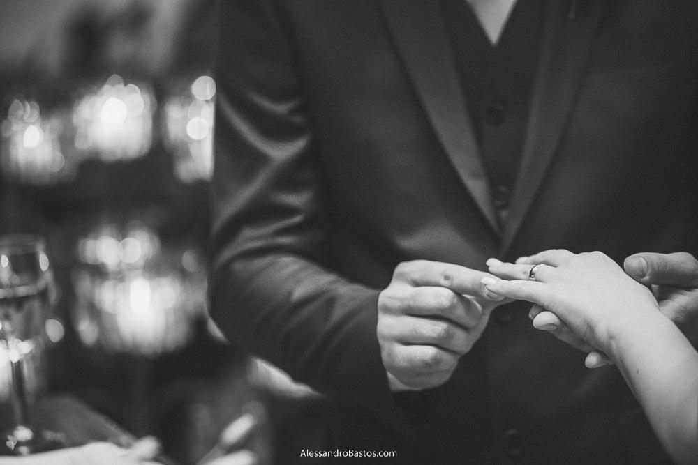 dedo anelar da noiva do casamento em belo horizonte bh foto recebe do noivo o seu anel