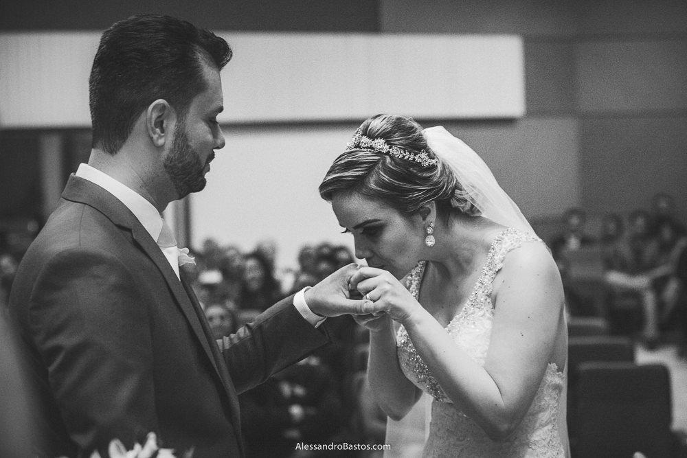 beijando a mão está a noiva do casamento em belo horizonte bh foto enquanto ele a observa