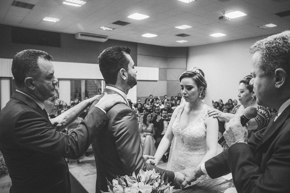 pais dos noivos do casamento em belo horizonte bh foto fazem a benção aos filhos
