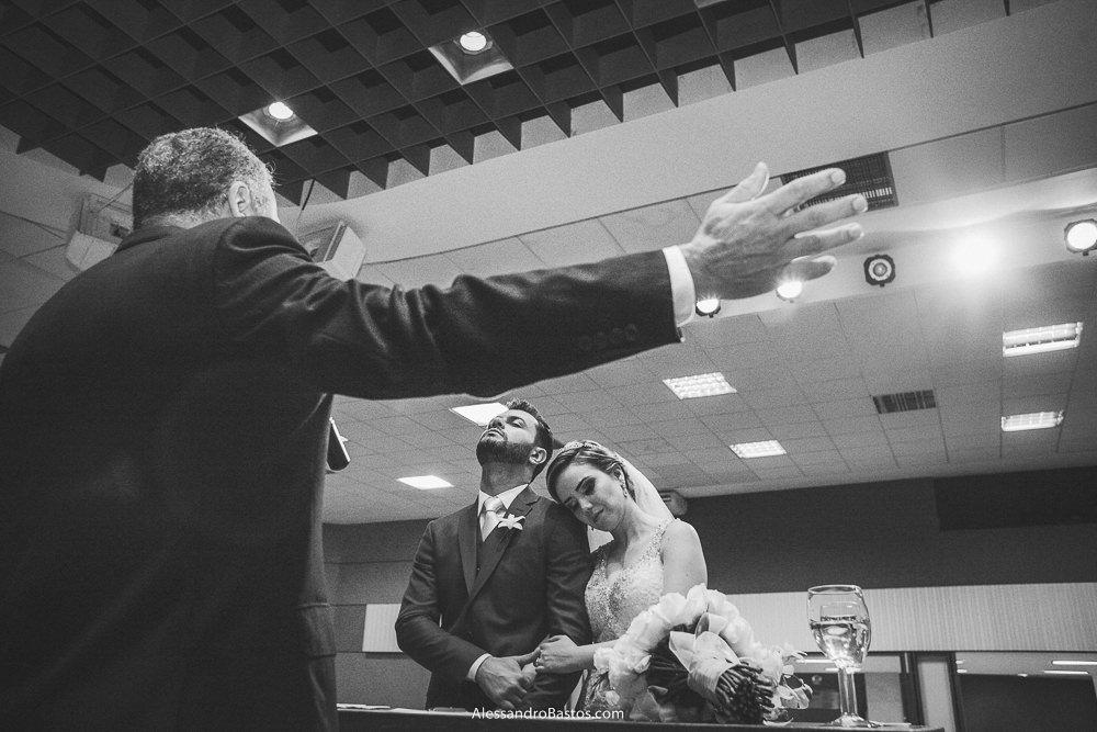 braços abertos está o pastor dos noivos do casamento em belo horizonte bh foto em um momento de adoração