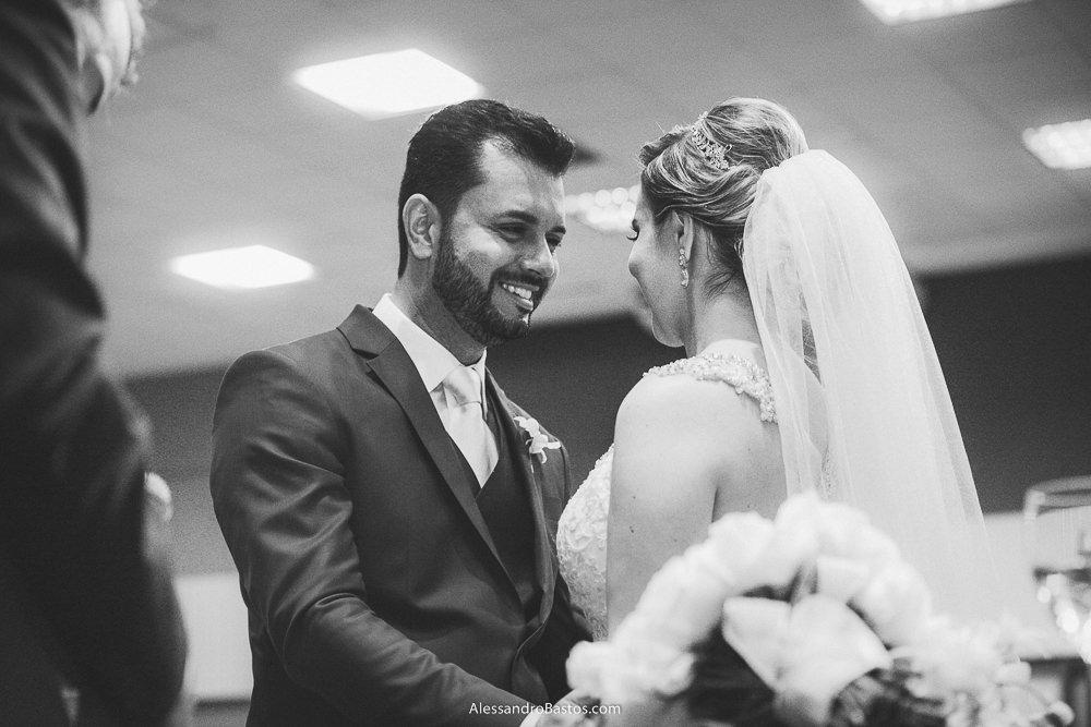 olhos nos olhos dos noivos do casamento em belo horizonte bh foto com ele sorrindo muito