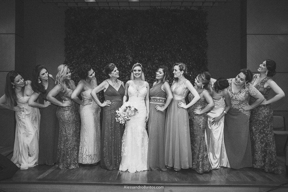 madrinhas da noiva do casamento em belo horizonte bh foto posam no altar e pra ela olham