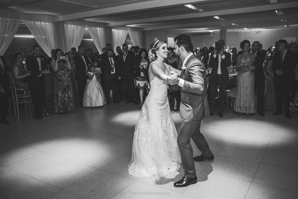 dançando uma valsa estão os noivos do casamento em belo horizonte bh foto e els sorriem muito