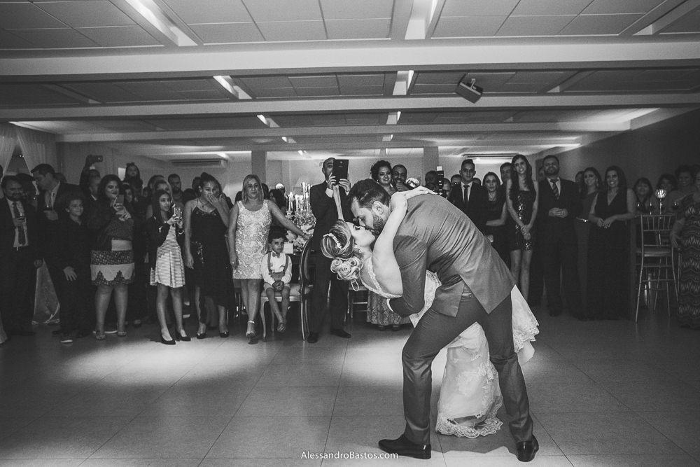 valsa dos noivos do casamento em belo horizonte bh foto finaliza com ela ganhando um beijo