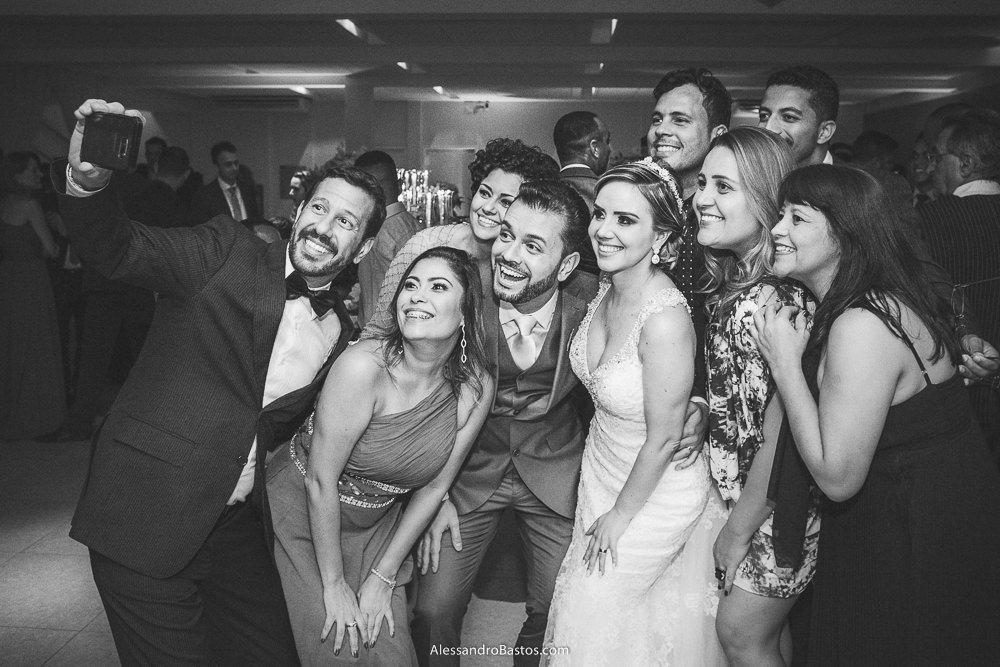 selfie dos noivos do casamento em belo horizonte bh foto com convidados do receptivo