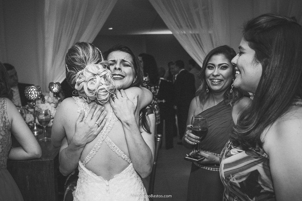 amiga da noiva do casamento em belo horizonte bh foto dá nela um abraço apertado