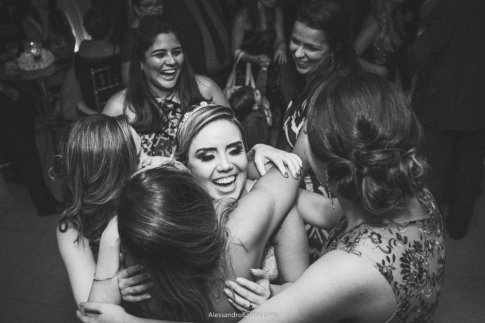 muitas amigas da noiva no casamento em belo horizonte bh foto vão abraçar ela ao mesmo tempo