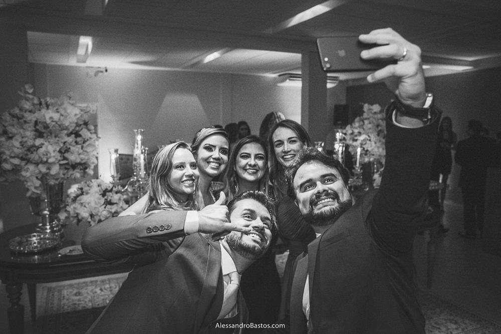 mais uma selfie com os noivos do casamento em belo horizonte bh foto e seus amigos