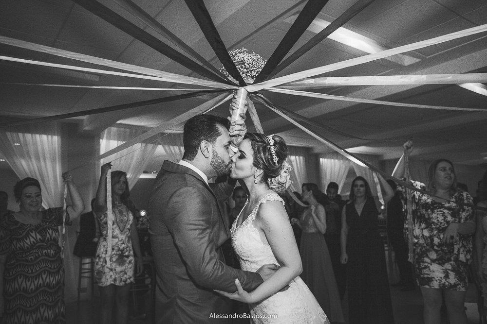 buquê de fitas da noiva do casamento em belo horizonte bh foto foi cortado na festa