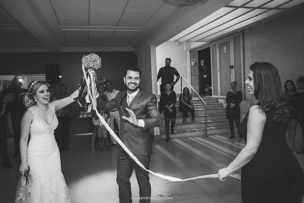 sortuda foi a amiga da noiva do casamento em belo horizonte bh foto quando ganhou o buquê de fitas