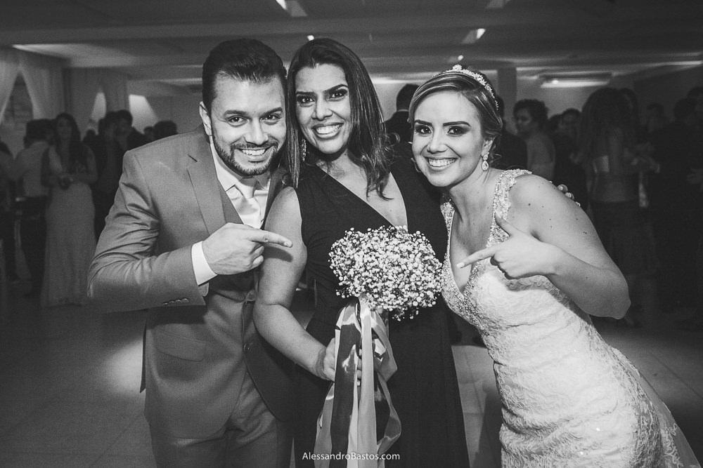 posando com os noivos do casamento em belo horizonte bh foto está a amiga que ganhou o buquê