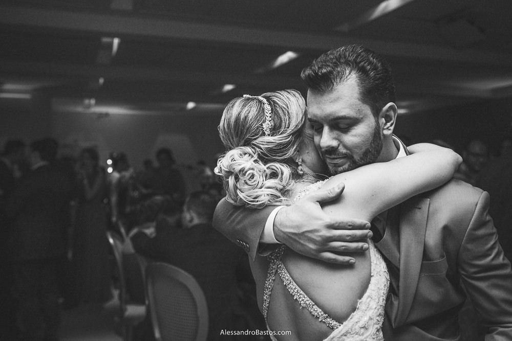 singelo abraço dos noivos do casamento em belo horizonte bh foto no final do receptivo