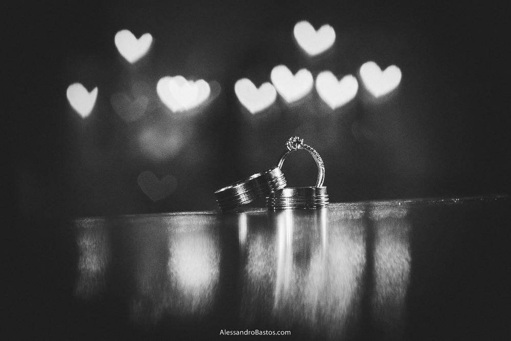 corações nas alianças dos noivos do casamento em belo horizonte bh foto com o anel de noivado