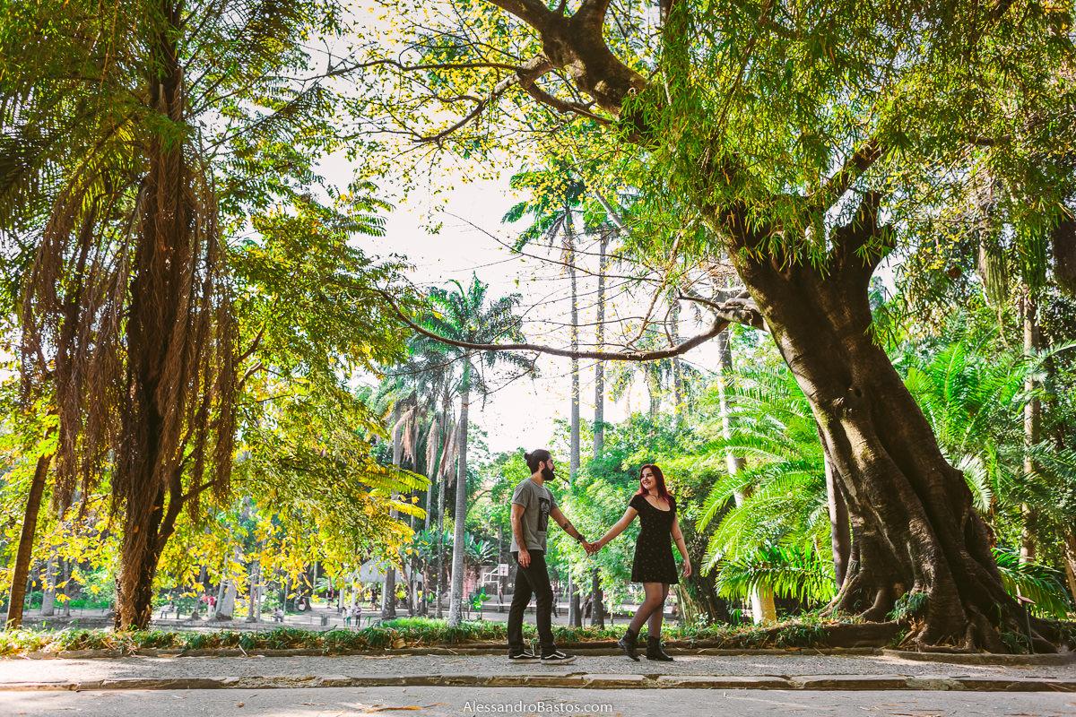 casal de noivos de casamento marcado passeando no parque municipal de bh em uma sessão de fotografia pre-wedding urbano num dia lindo