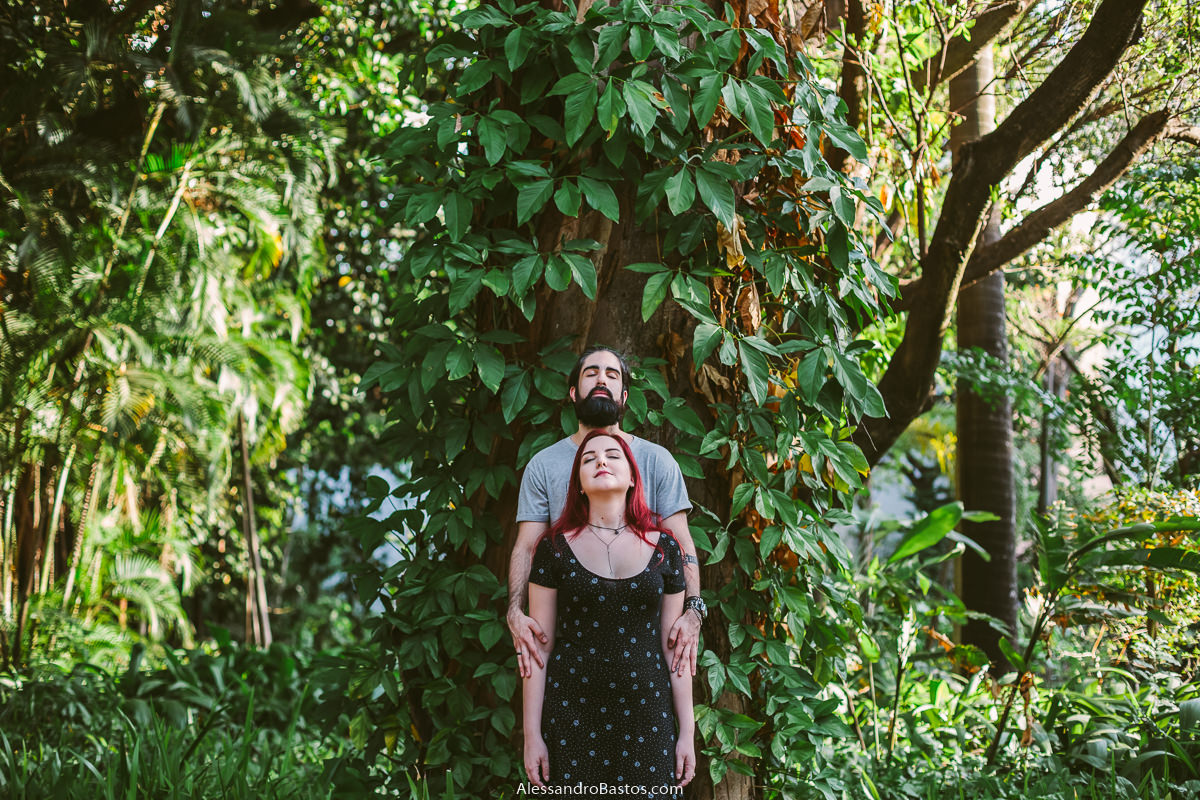 estão se abraçando os noivos em sessão de fotografia pré-wedding antes do casamento bh em meio a mata