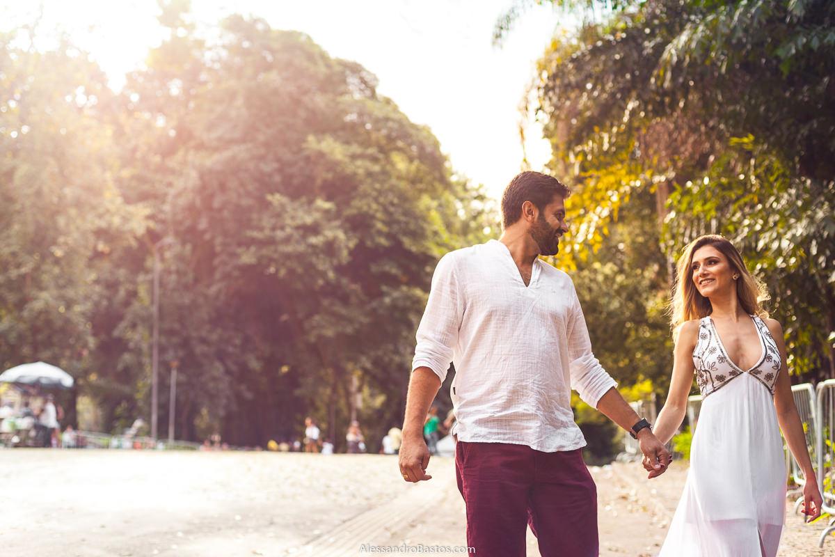 entrando no parque municipal os noivos no ensaio pre-wedding para a fotografia do casamento em bh se olham
