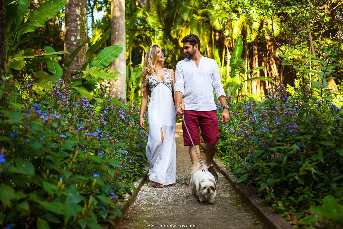 pela coleira os noivos no ensaio pre-wedding para a fotografia do casamento em bh seguram o cão de estimação