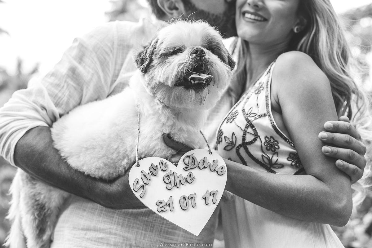 segurando o cão dos noivos no ensaio pre-wedding para a fotografia do casamento em bh com a plaquinha de save the date