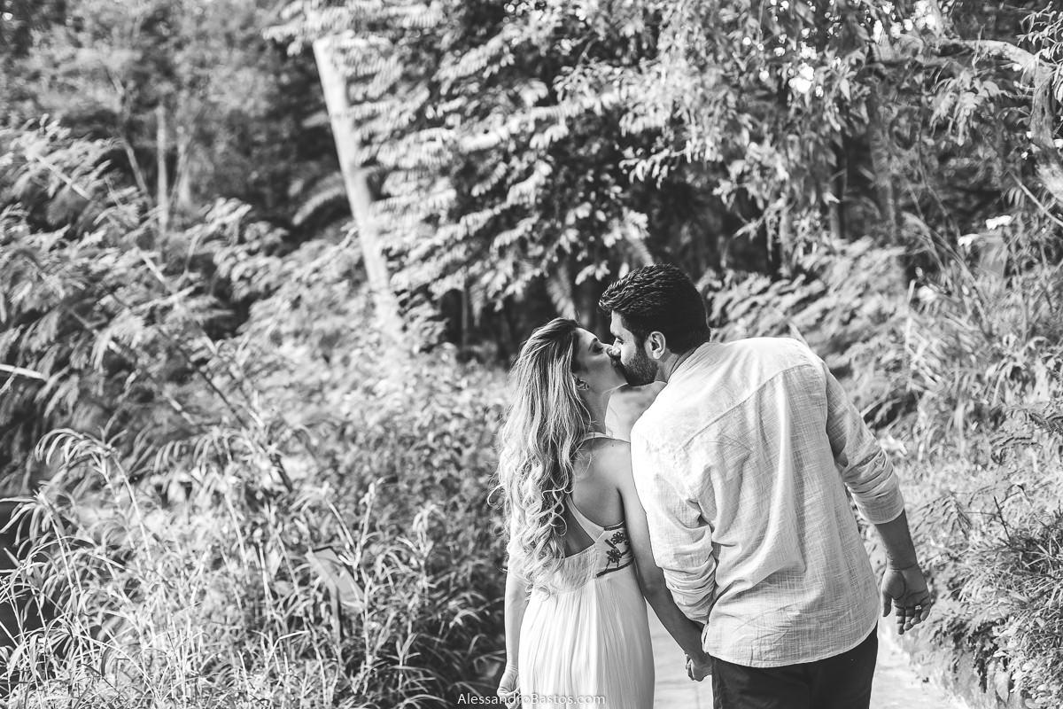 beijando os noivos no ensaio pre-wedding para a fotografia do casamento em bh em foto preto e branca