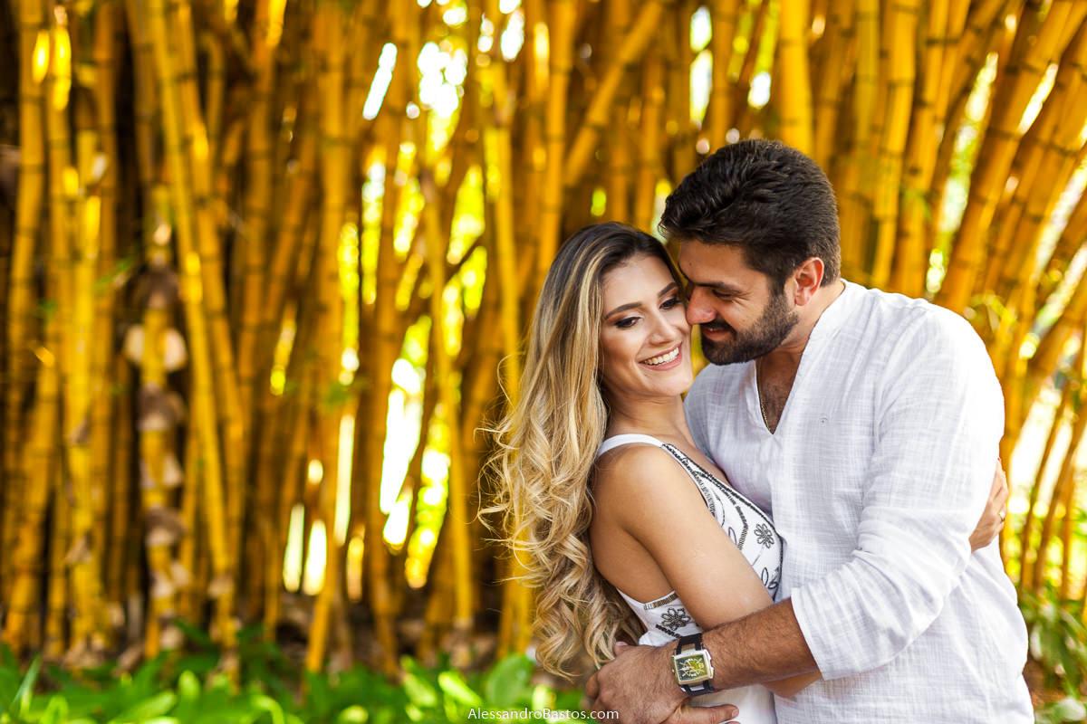 bambuzal serve de cenário para os noivos no ensaio pre-wedding para a fotografia do casamento em bh com ela sorrindo