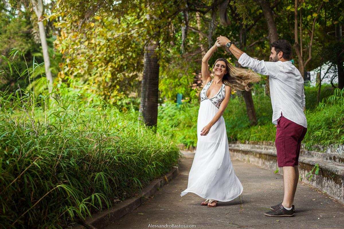 rodando estão os noivos no ensaio pre-wedding para a fotografia do casamento em bh e o vestido dela voando