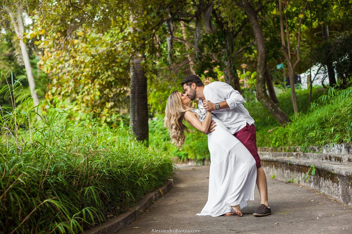 aquele beijo cinema com os noivos no ensaio pre-wedding para a fotografia do casamento em bh em um caminho de cimento