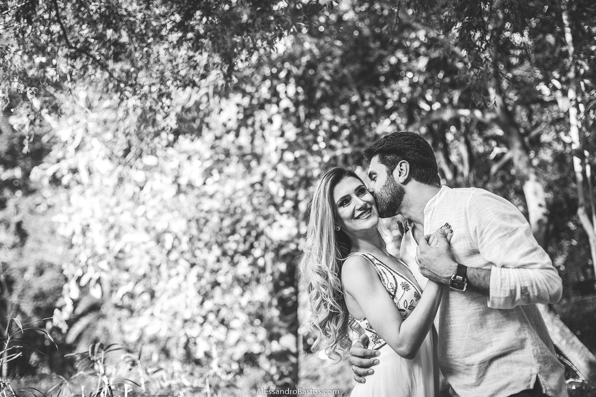 preto e branco para a foto com os noivos no ensaio pre-wedding para a fotografia do casamento em bh e beijando ela este está