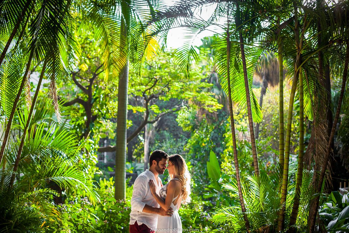 minimalismo para as fotos com os noivos no ensaio pre-wedding para a fotografia do casamento em bh no parque municipal da cidade