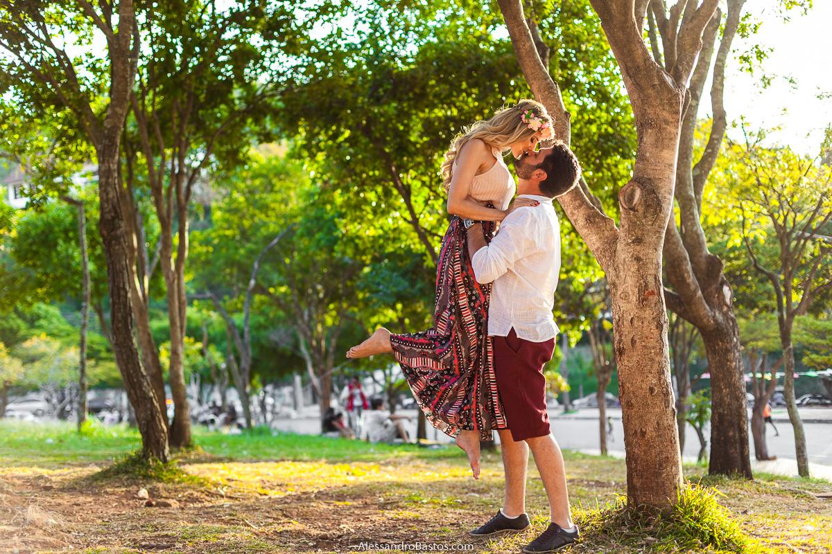 noivo levanta a sua noiva e os noivos no ensaio pre-wedding para a fotografia do casamento em bh acabam se beijando longamente