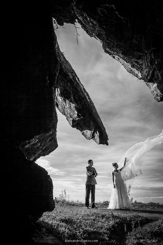 véu da noiva é jogado ao vento nas fotografias após o casamento em bh na serra da piedade num dia lindo de verão