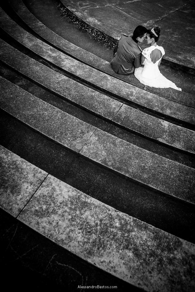 sentado estão os noivos nas fotografias após o casamento em bh na serra da piedade com as linhas da escada correndo na parte invferior da foto