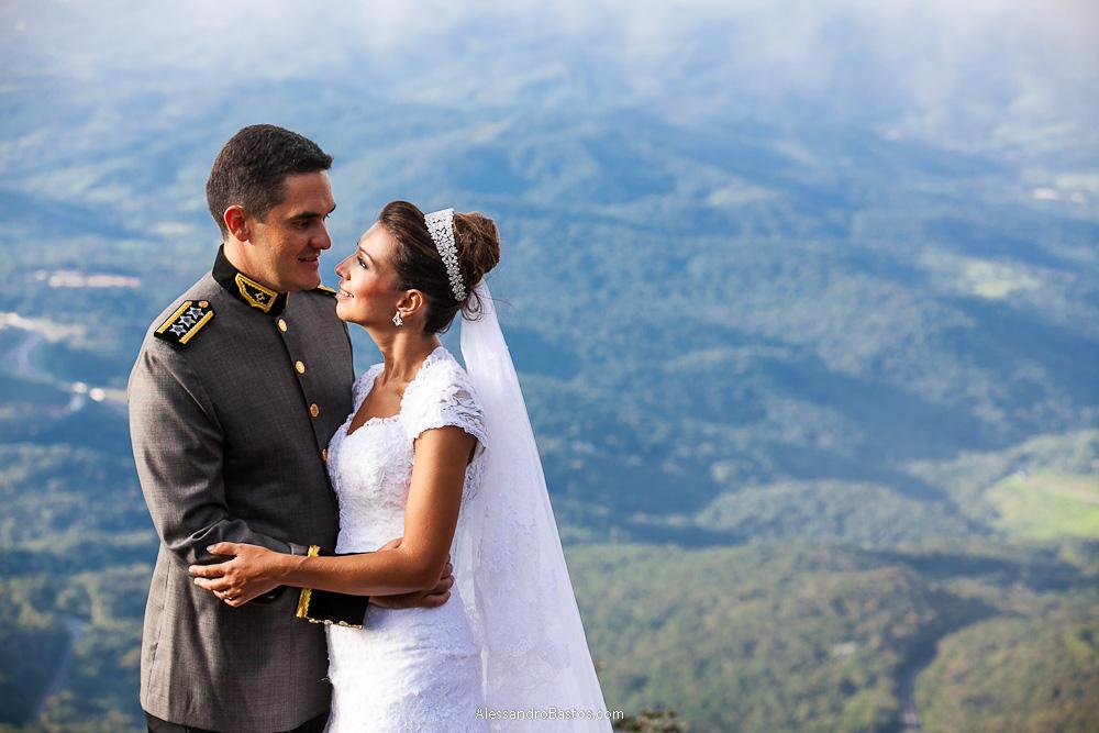 troca de olhares entre os noivos nas fotografias após o casamento em bh na serra da piedade com a cor do fundo nem azulada