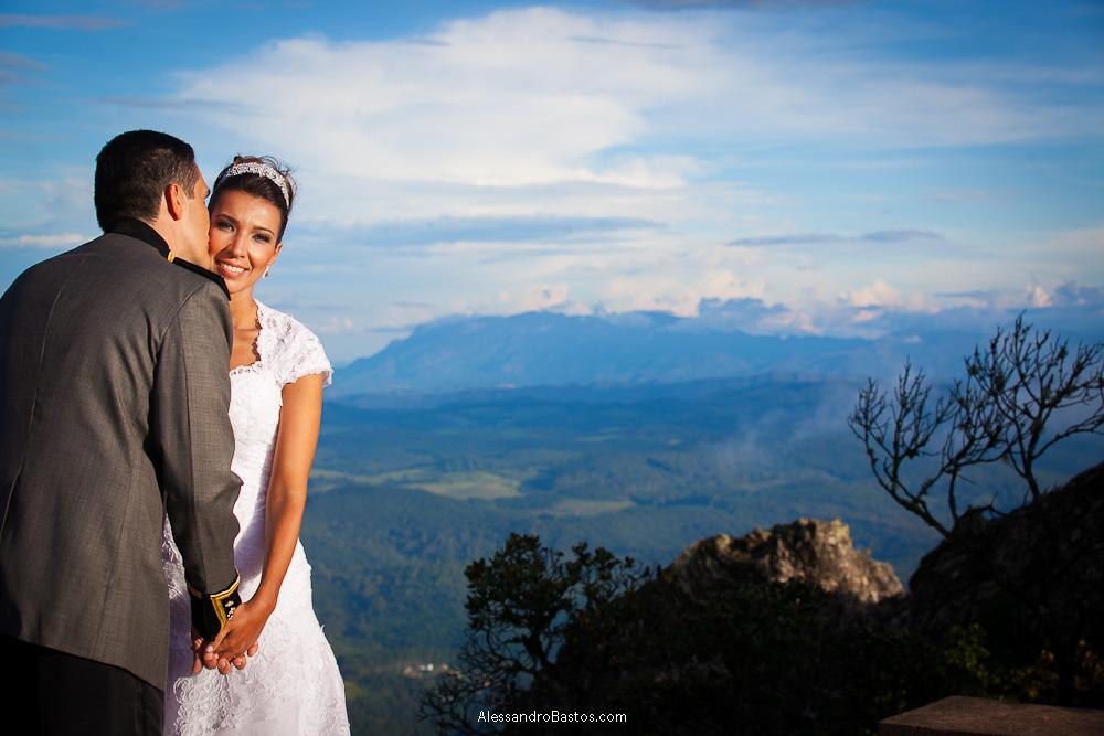beijando a noiva está o noivo nas fotografias após o casamento em bh na serra da piedade com o noivo de costas