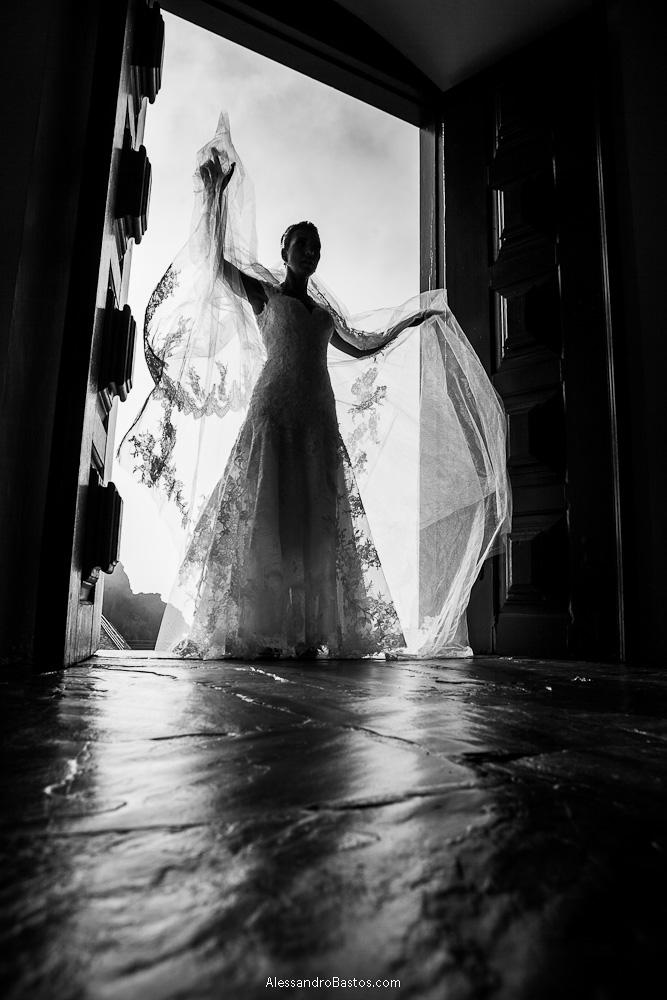 abrindo os braços está a noiva nas fotografias após o casamento em bh na serra da piedade bem na porta da igreja