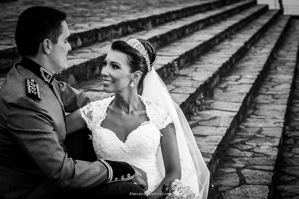 os noivos trocam olharem nas fotografias após o casamento em bh na serra da piedade e sentados na escadaria em frente a igreja e o seu pátio