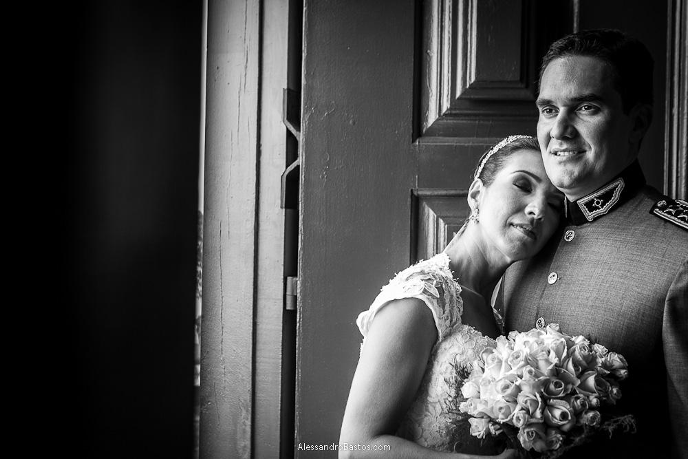 descansando o seu rosto no noivo está a noiva nas fotografias após o casamento em bh na serra da piedade e segurando o seu buquê