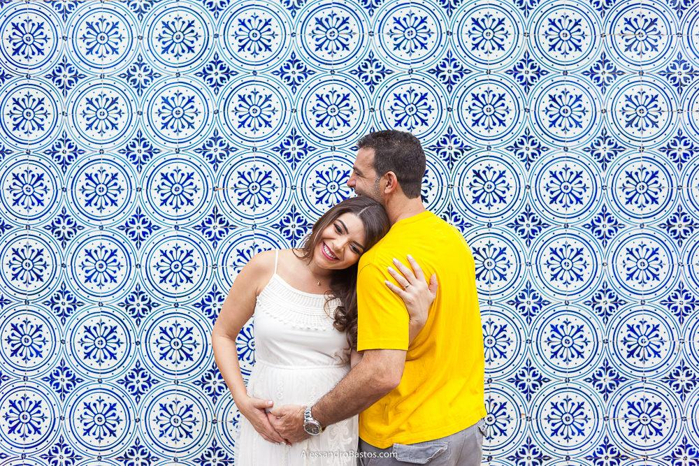o casal lais e alex na sessao de fotos de gestante que foi feita na parede de azuleijos que fica ao lado da casa do baile na lagoa da pampulha com uma cor linda