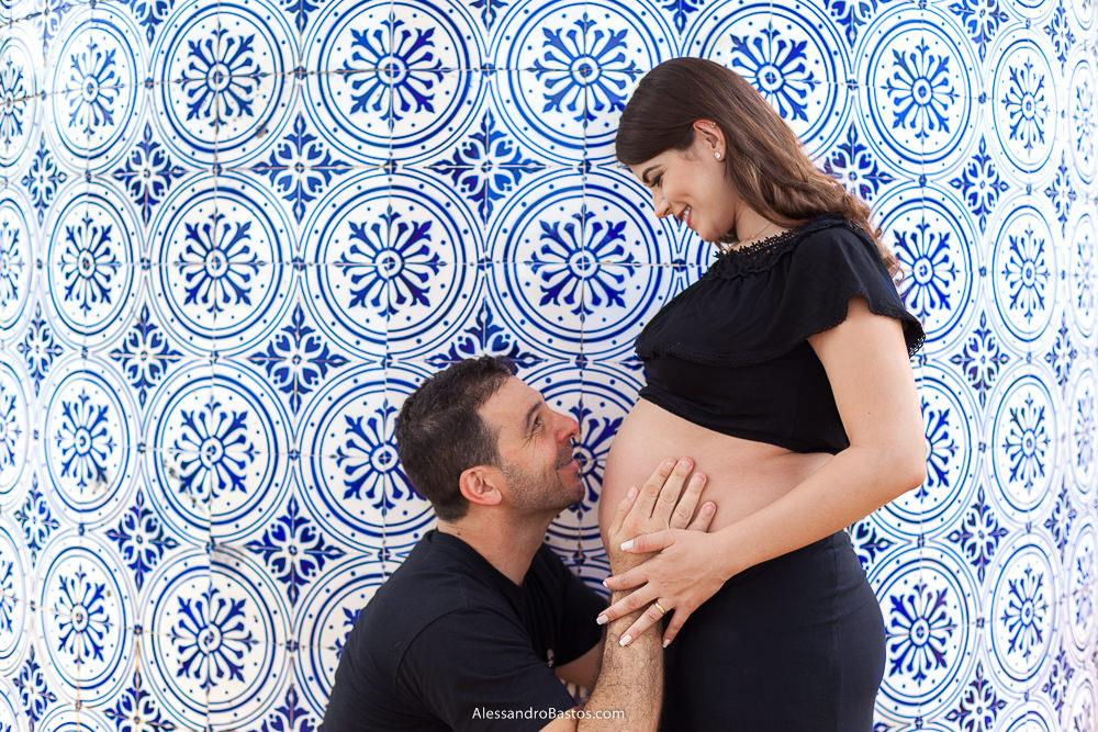 o papai alex todo feliz na sessao de fotos de gestante que foi feita na casa do baile na pampulha com os azuleijos caracteristicos de lá ao fundo da foto
