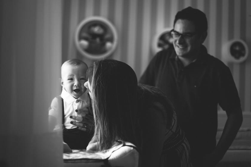 benício lindo sorrindo para a família no ensaio família SP pela Camila Kobata em foto preto e branco