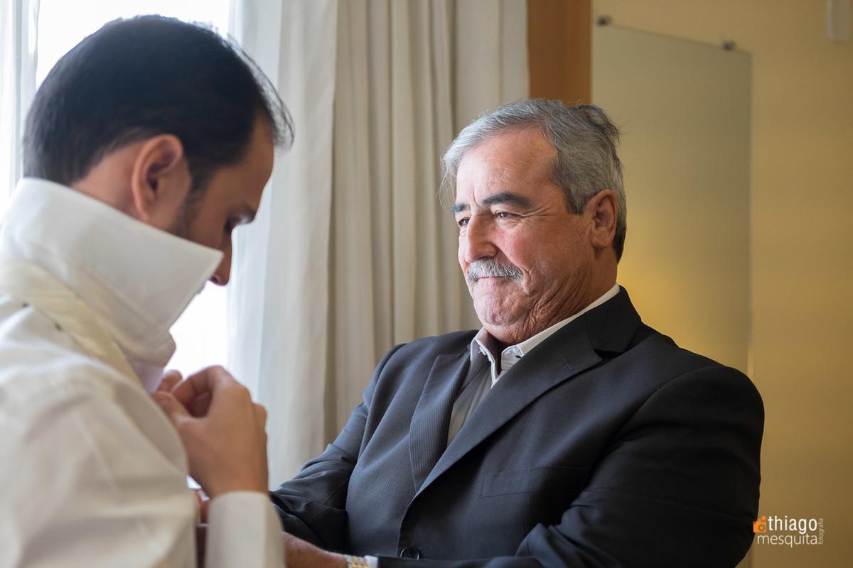 Pai arruma gravata do filho horas antes do casamento