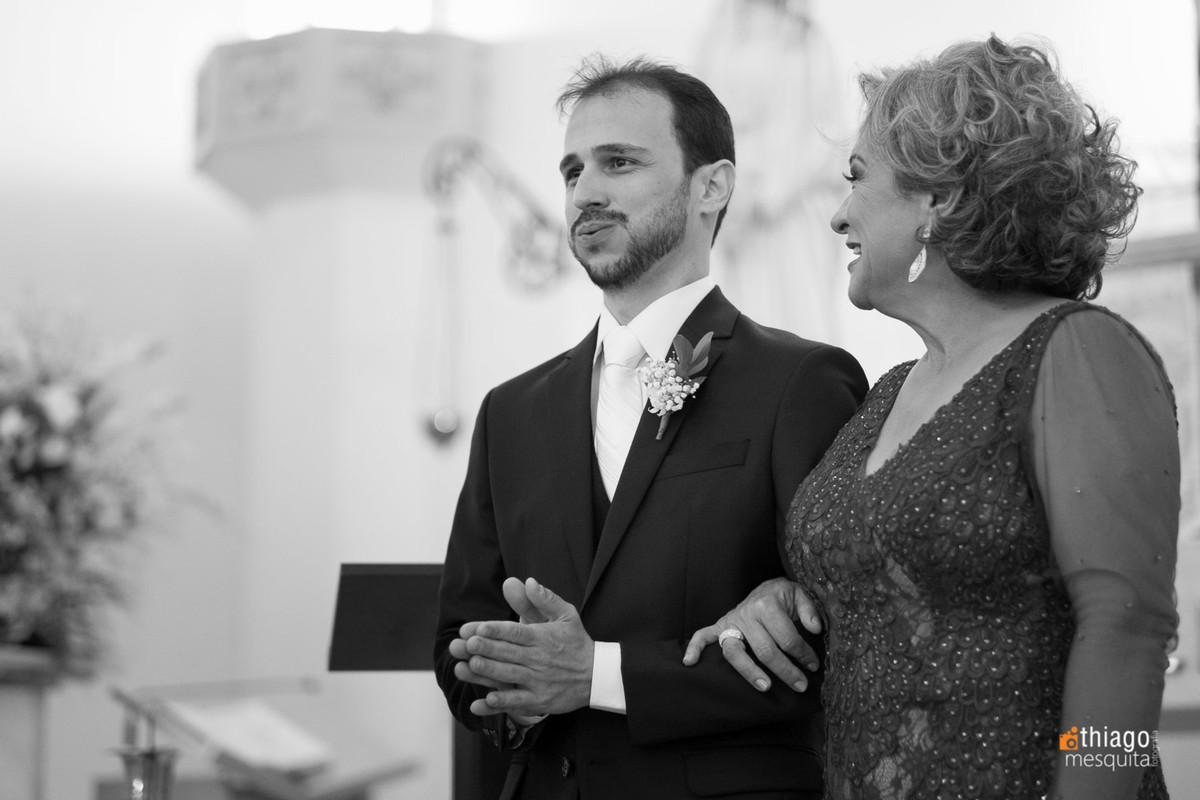 Noivo nervoso com entrada da noiva na igreja Nossa Senhora das Dores