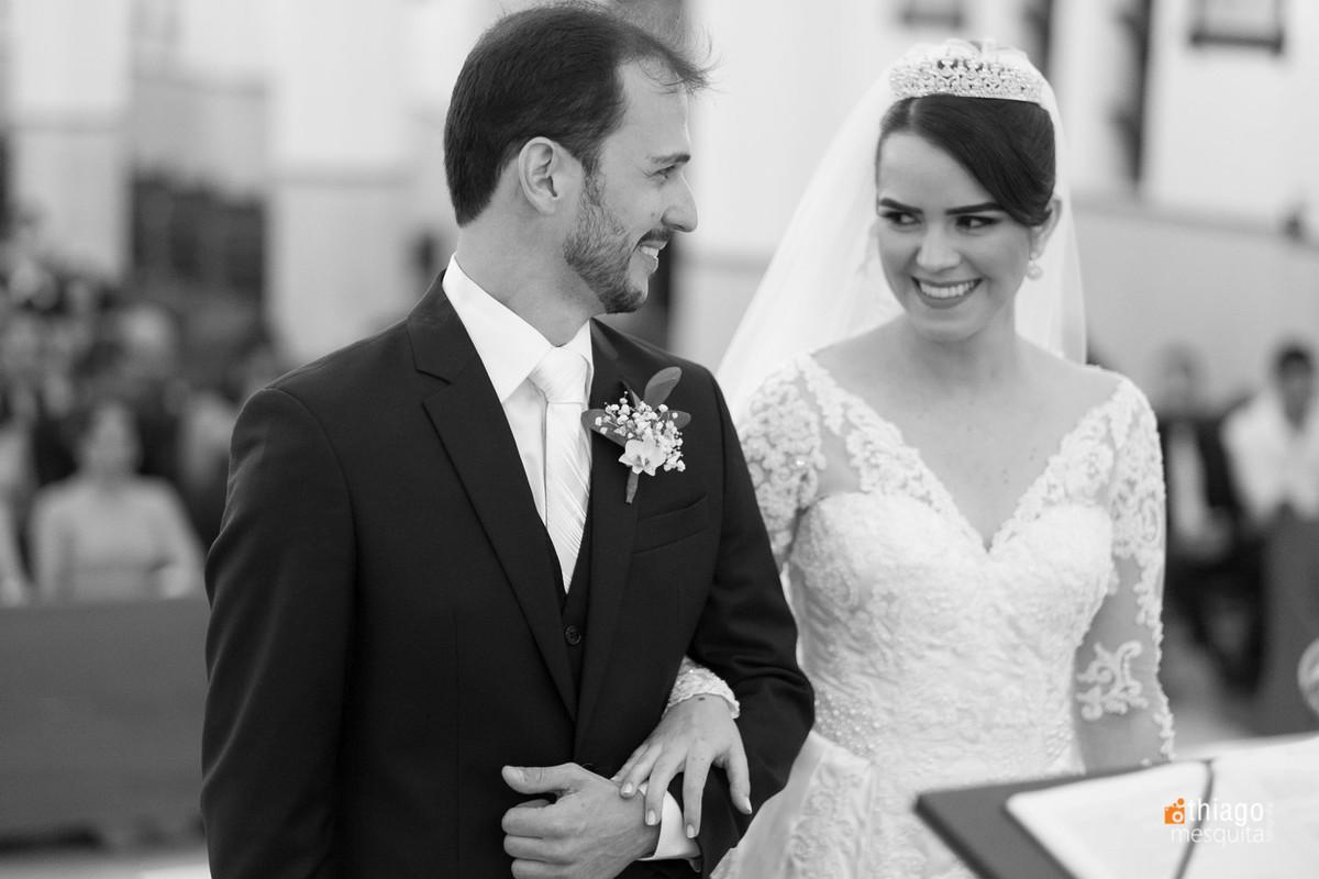 olhar de cumplicidade dos noivos na cerimônia