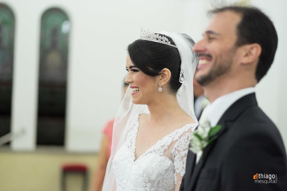 Noiva emotiva com a entrada da daminha na cerimônia de casamento
