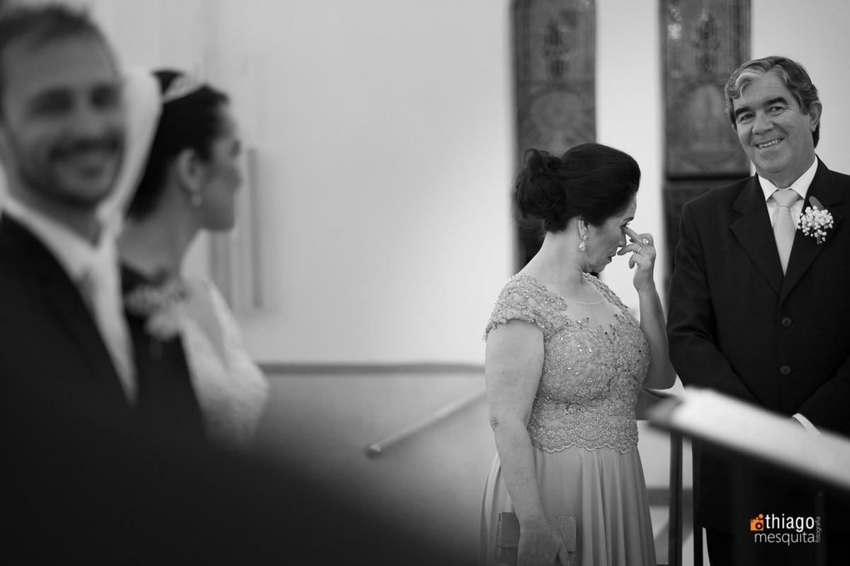 emoção da mãe da noiva na cerimônia de casamento na igreja em Uberlândia