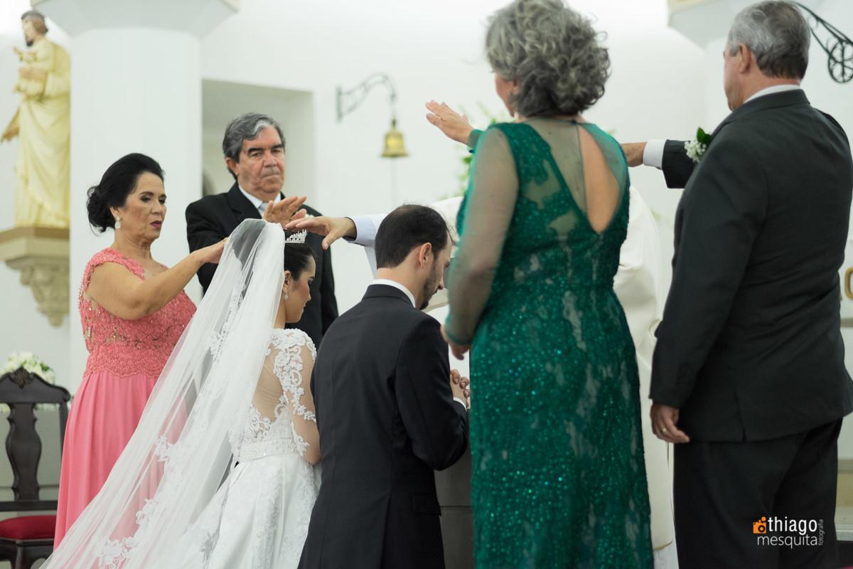 abençoando os noivos na Cerimônia de casamento