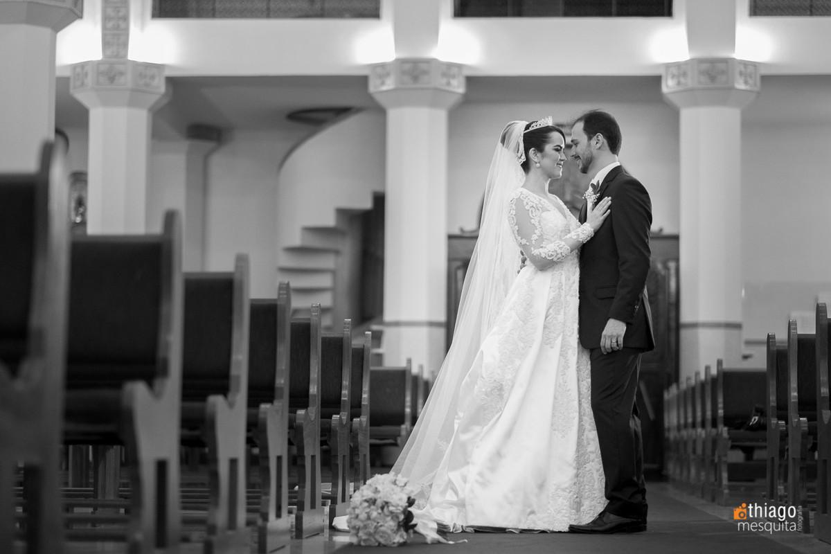 Registro em Preto e Branco dos noivos na igreja Nossa Senhora das Dores em Uberlândia